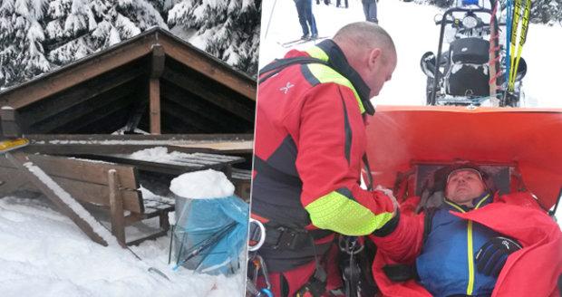 Střecha nevydržela nápor sněhu a spadla na běžkaře: Takhle ho zachraňovali
