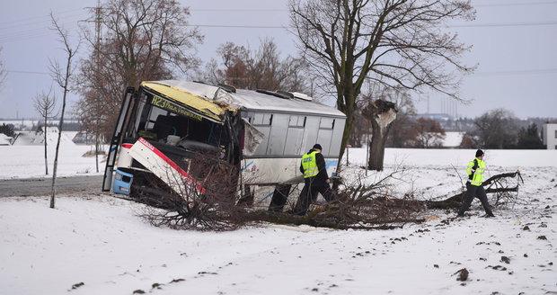 Linkový autobus nedaleko Prahy boural do stromu, na místě zemřela žena.