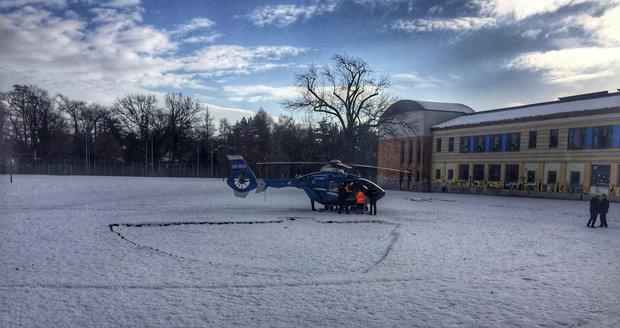 Na gymnáziu v Čelákovicích se zbortil strop: K úrazu přišel hasič, málem zranil uklízečku