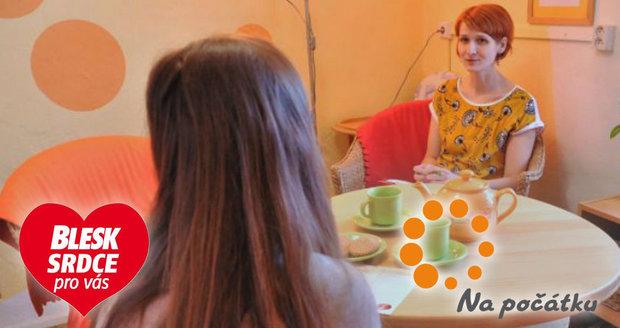 Adéla chodí do poradny Na počátku dvakrát týdně. Eva Grünwaldová jí pomáhá.