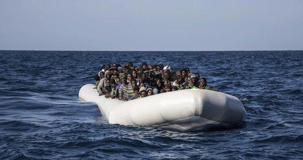 Člun se 130 migranty přepadli u Evropy piráti: Ukradli jim vše, i motor