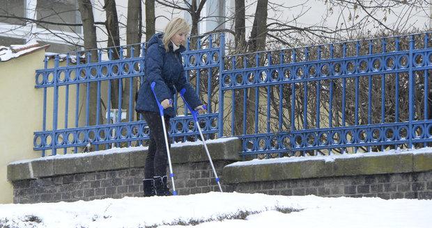 Petra Paroubková se po úrazu musí pohybovat za pomoci francouzských holí.