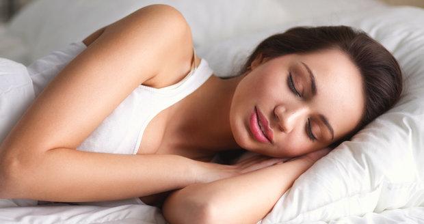 Jak se vyspat ve vedru? 10 rad, které vám pomohou