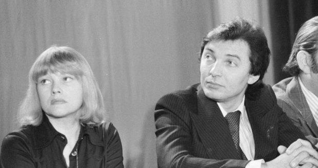 Karel Gott a Eva Pilarová při projevu k Antichartě.