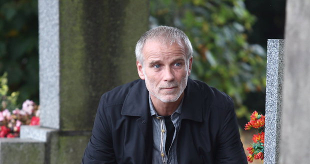 Pátrání po vraždách seniorů zavede Lukáše Vaculíka v seriálu Temný kraj i na hřbitov.