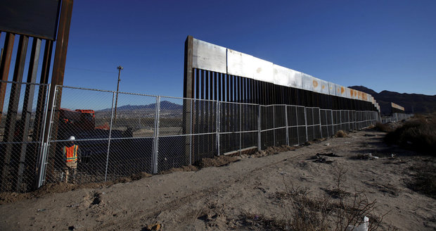 Zeď na hranici s Mexikem bude stát do dvou let, doufá ministr Kelly