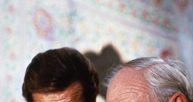 Desmond Llewelyn v roli Q a Roger Moore coby agent James Bond ve filmu Chobotnička.