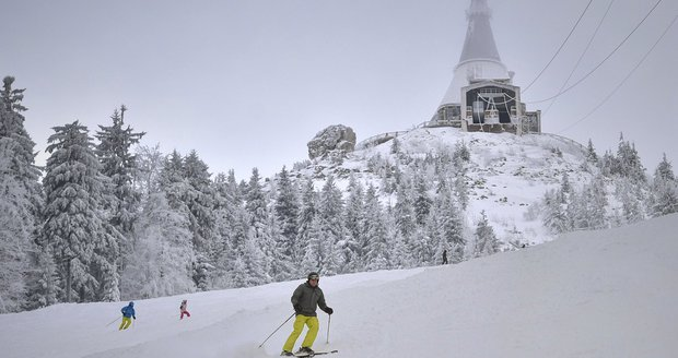 Usmrcení z nedbalosti? Policie šetří smrt lyžaře (†50) na Ještědu. Srazil se s horskou službou