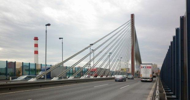 Nejsložitějším přemostěním v Praze je bezejmenný lanový most na Jižní spojce.