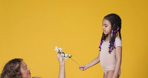 Beyoncé hrdě zapózovala s dcerou Blue Ivy i s těhotenským břichem s dvojčátky uvnitř.