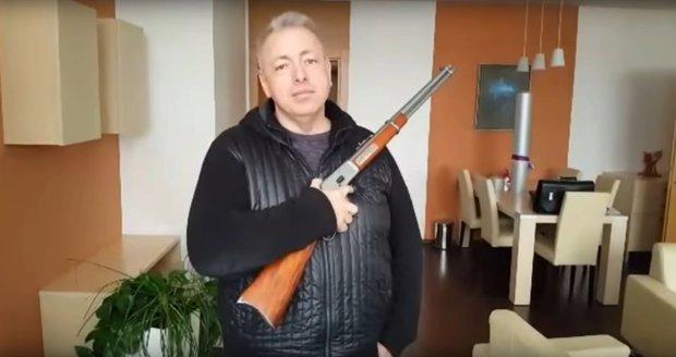 Chovanec chce právo na zbraň v ústavě. Ve vládě ale zastání nenašel