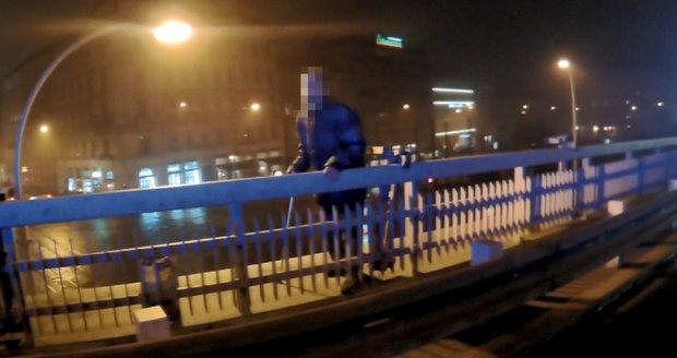 Muž chtěl skočit z mostu a zabít se, strážníci mu jeho čin rozmluvili.