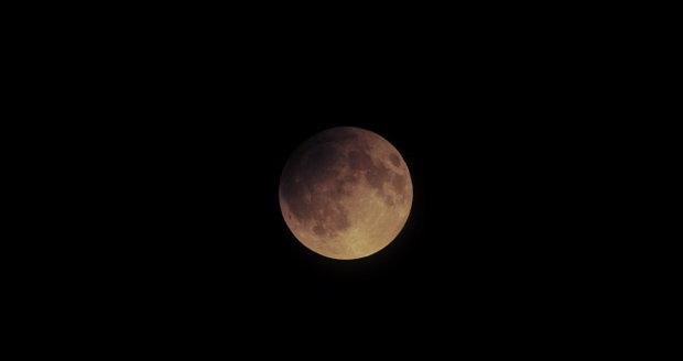 Zatmění Měsíce: Proč se barví rudě a zkazí pozorování počasí? Sledujte radar