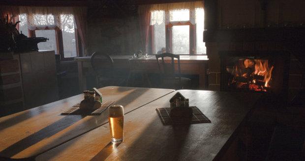 Opilec zapálil krb v hospodě, vypudil ostatní hosty. (Ilustrační foto)