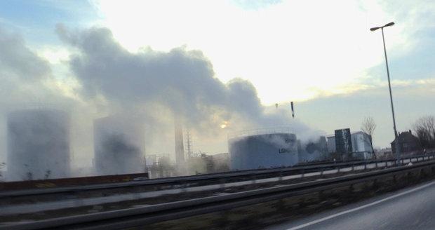 Z nádrže s kyselinou v Německu unikl jedovatý plyn. Je z něj mrak nad městem