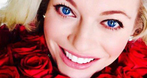 Lucie Borhyová na Valentýna dostala kytici rudých růží. Pak následovala pracovní večeře se zajímavým zakončením…