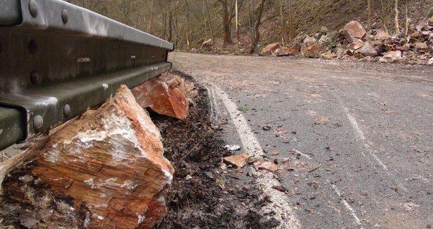 V Újezdu nad Lesy řeší problémy s nepovolenými předměty jako jsou kameny nebo tyče na plochách vozovky. (ilustrační foto)