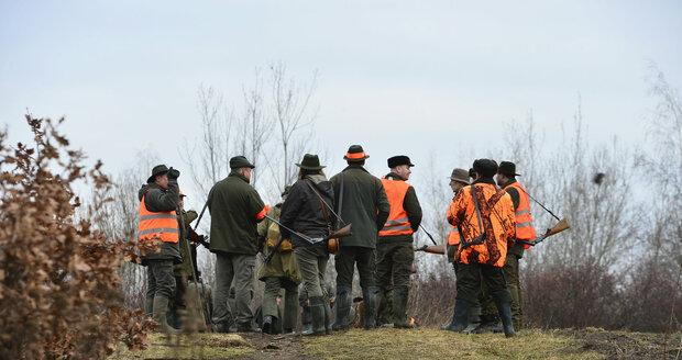 Myslivci v Praze v sobotu lovili divoká prasata, která se dlouhodobě vyskytují v okolí sídliště Černý Most i Dolních Počernic. Několikrát došlo i k napadení psa divočákem.