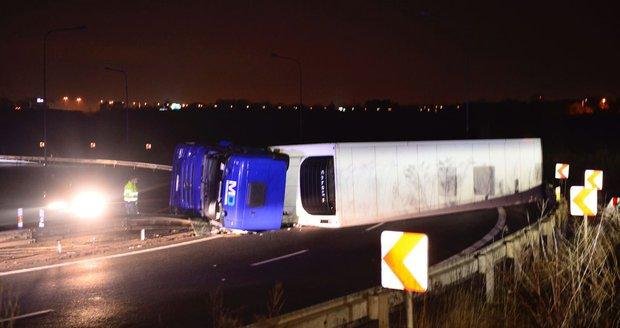 Řidič převrátil kamion na Novopacké. Nehodu odklízeli pět hodin