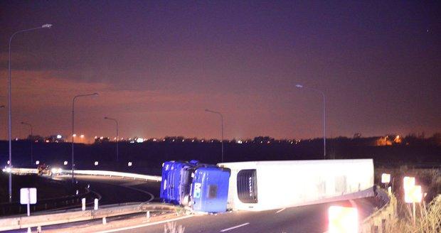 Řidič převrátil kamion na Novopacké, vyvázl s lehkým zraněním.