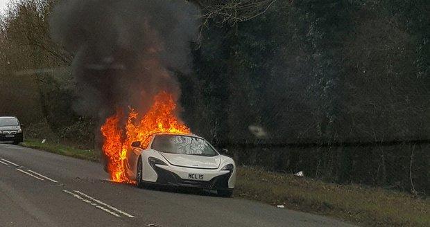 Luxusní bourák McLaren za 7 milionů shořel v plamenech. Řidička z ohně zachraňovala nákupy