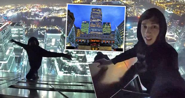 Youtubeři vylezli na vrchol mrakodrapu v Londýně.