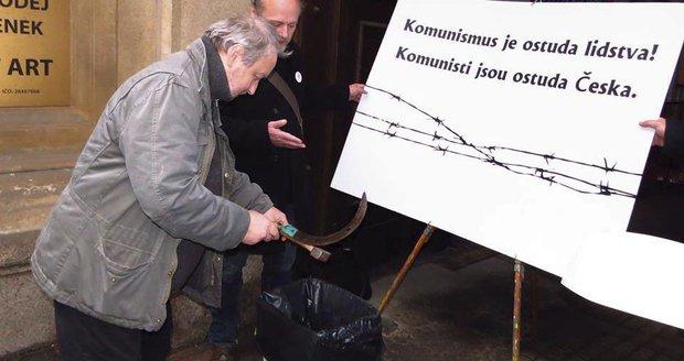 Před sídlem KSČM proběhl happening: »Soudruzi« měli do koše vyhazovat srp a kladivo