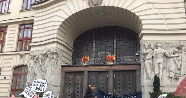 V Praze demonstrovali lidé proti znečišťování ovzduší.