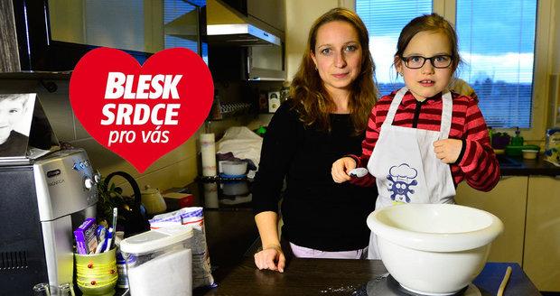 Natálka je s maminkou často v kuchyni a už ví, co smí jíst a co je pro ni nebezpečné.