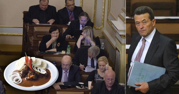 """Štědře placený kancléř Kynštetr končí. Víme, co mu ve Sněmovně """"zlomilo vaz"""""""