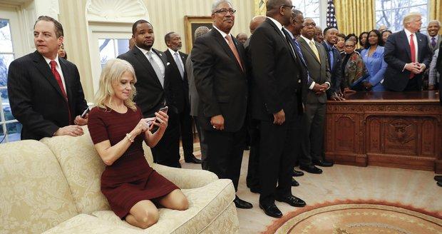 Poprask v USA: Trumpova poradkyně zaklekla na pohovku v Oválné pracovně