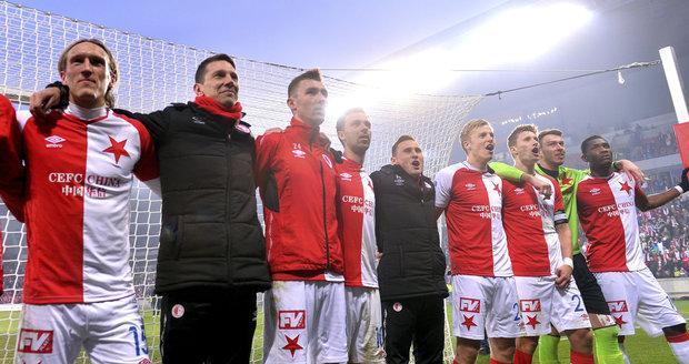 Fotbalisté Slavie si užívají děkovačku s fanoušky po triumfu nad Plzní.