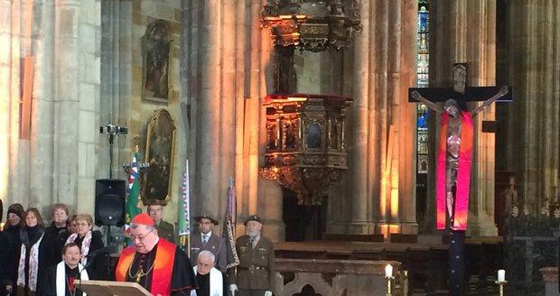 Arcibiskup Dominik Duka promluvil během bohoslužby k lidem.
