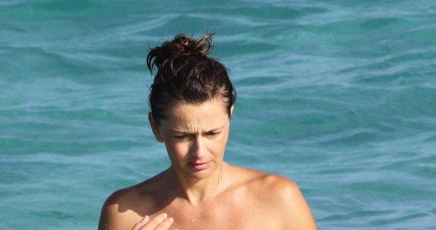 Paulina Pořízková odhodila na dovolené na Svatém Bartoloměji vršek plavek.