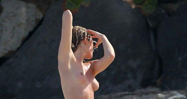 Německá modelka Toni Garrn s nahotou očividně nemá problém.