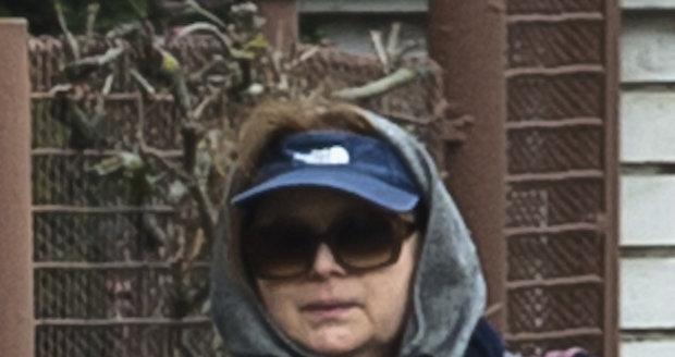 Libuše Šafránková na ulici před domem