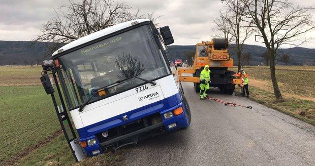 Autobus sjel u obce Lety do příkopu. Řidiče překvapila utržená krajnice