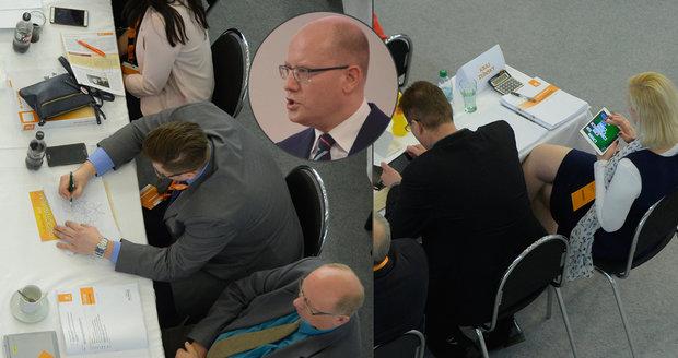 Nuda v Brně: Sobotka řeční o budoucnosti ČSSD, delegáti jedou karty a křížovky