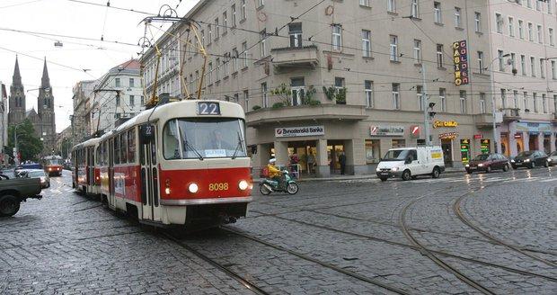 Dopravu v centru Prahy komplikuje dutina pod tramvajovou tratí (ilustrační foto).