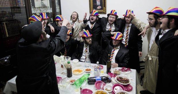Židé oslavují svátek Purim a připomínají si svoji záchranu před genocidou. Součástí jsou karnevaly a víno.