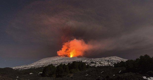 Bouřící Etna vychrlila spršku lávy. Poranila deset lidí včetně turistů