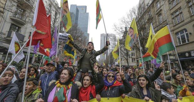 """Masivní protest Kurdů ve Frankfurtu. """"Máte dvojí metr,"""" zlobí se Turci na Němce"""