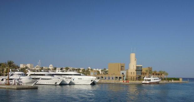 Přístav Port Ghalib je pro turisty centrem regionu. Jsou tu restaurace, bary, obchody i firmy na zážitky.