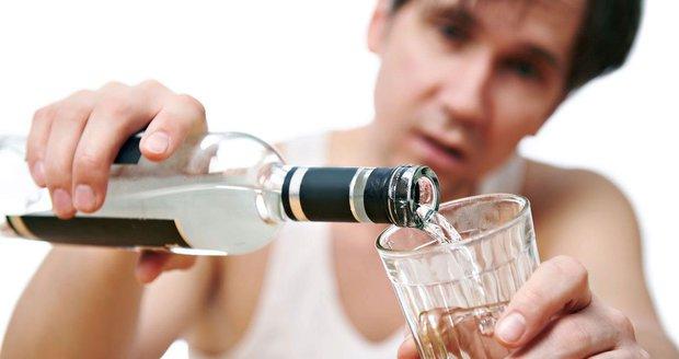 Čechy zabíjí ve velkém, přesto ho milují. Kolik litrů alkoholu ročně vypijeme?