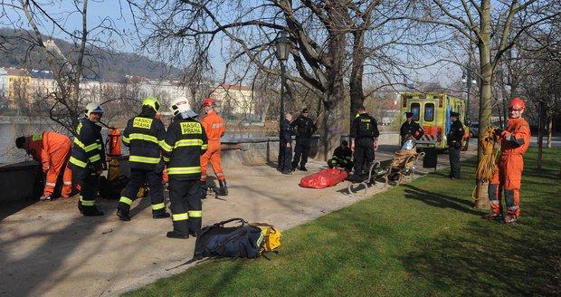 Dva lidé přepadli z opěrné zídky do Vltavy. Museli je vyprošťovat hasiči.