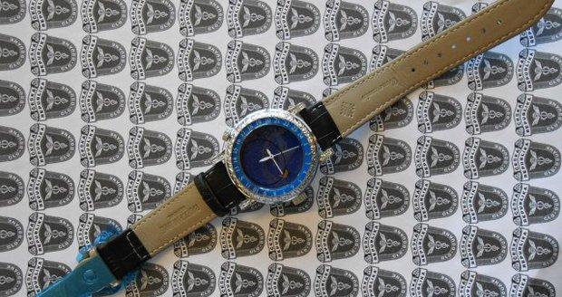 Celníci na poště odhalili v jednom z balíčků padělek luxusních hodinek za 40 milionů korun.
