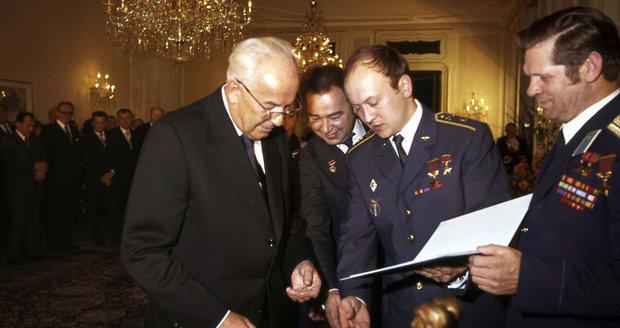 Zemřel sovětský kosmonaut Grečko. Do vesmíru letěl s Remkem