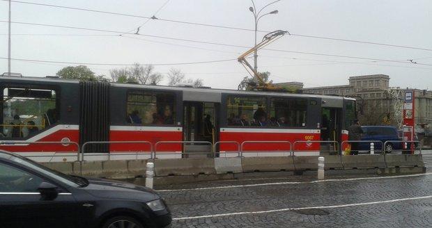 Seniorka narazila do zábradlí u zastávky v Bělohorské ulici.