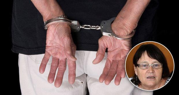 Policisté babičce v Praze zkroutili ruce a dali jí pouta. Šabatová zuří