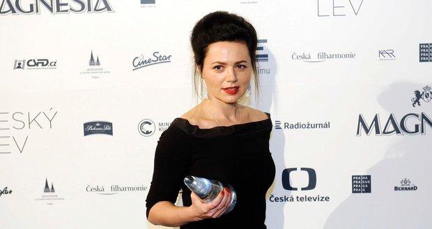 Herečka Lucie Žáčková promluvila o svých rodičích. Prý ji jako dítě vůbec nechválili, těžko se s tím srovnávala.